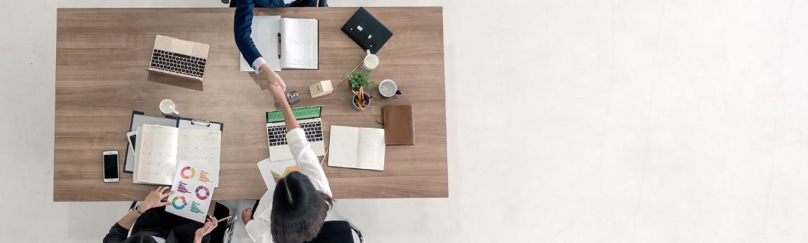 jaunie uzņēmēji dibina jaunu uzņēmumu
